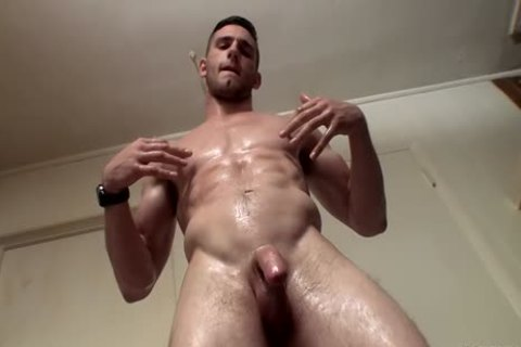 Muscle Hunk Elijah Knight Pissing