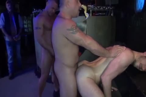 BRET & SEAN GOGO bunch-sex IN THE CLUB